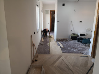 parquetista instalando un suelo de parquet