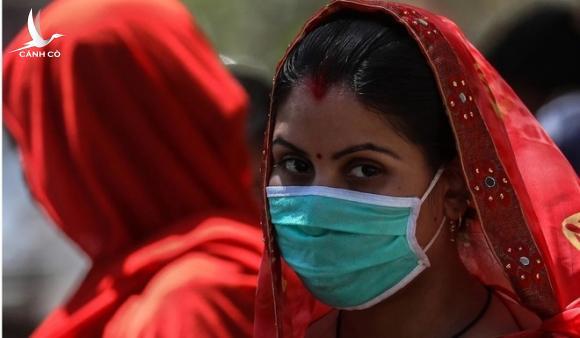 Cô gái Ấn bị đuổi đánh hội đồng, gọi là 'corona' vì đến từ vùng dịch