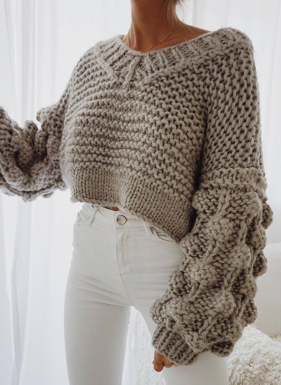 simple fall outfit idea / knit sweater and white pants