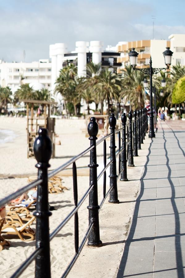 Blog + Fotografie by it's me! - Reisen - La Isla Blanca Ibiza, Santa Eularia - Geländer an der Strandpromenade