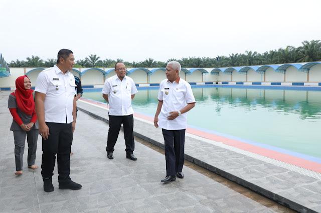 Wakil Bupati Asahan Surya saat meninjau kolam renang.