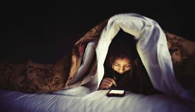 Memeriksa Telepon di Malam Hari Bisa Menyebabkan Kebutaan