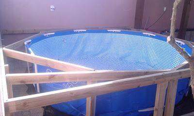 Piscina estructural o inflable con deck de madera for Piscinas estructurales