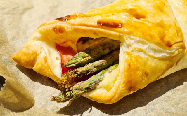 Ein Rezept, zwei Varianten: Blätterteig-Taschen mit Spargel und Blätterteig-Taschen mit Paprika. Mit grünem Spargel gefüllte Blätterteigtaschen sind ein Genuss!
