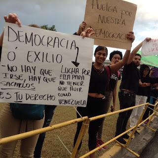 Jóvenes que integran diversos grupos  unen más voces a la protesta en contra del sistema político y electoral del país