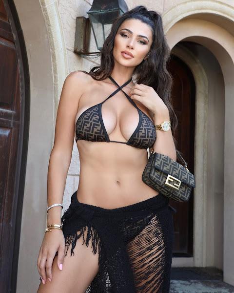 Дженна Дженович (Jenna Jenovich) в черном нижнем белье и тунике