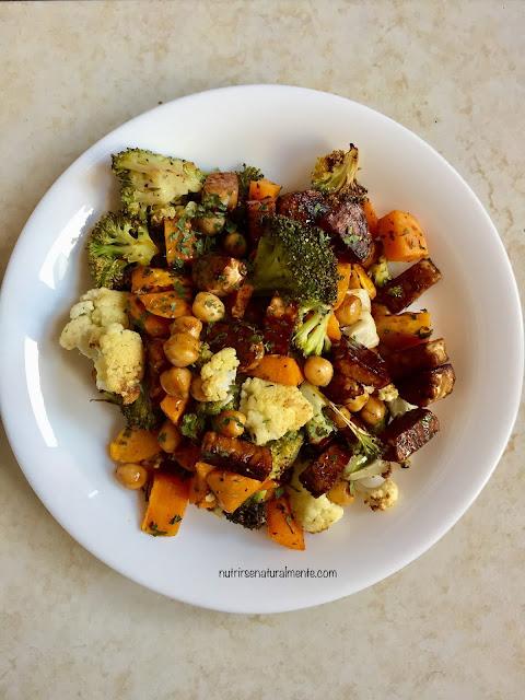 tempeh salteado con verduras y garbanzos en salsa de soja