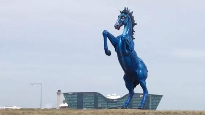 Ada Patung Kuda Pembunuh Manusia di Bandara Denver