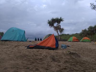 Camping di pantai sarangan