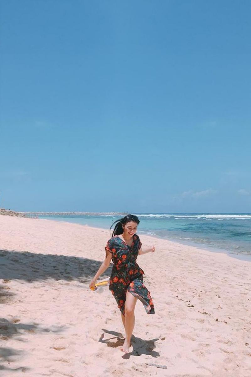 Gaya foto di Pantai POI Kecil di Pantai citra kirana cewek manis