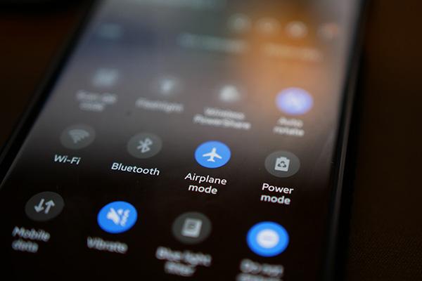 Fungsi Mode Pesawat pada Smartphone Selain untuk Keselamatan Penerbangan
