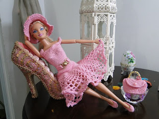 Barbie com vestido e acessórios de crochê por Pecunia MillioM
