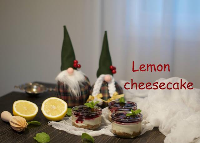 Tarta de queso de limón con salsa de arándanos