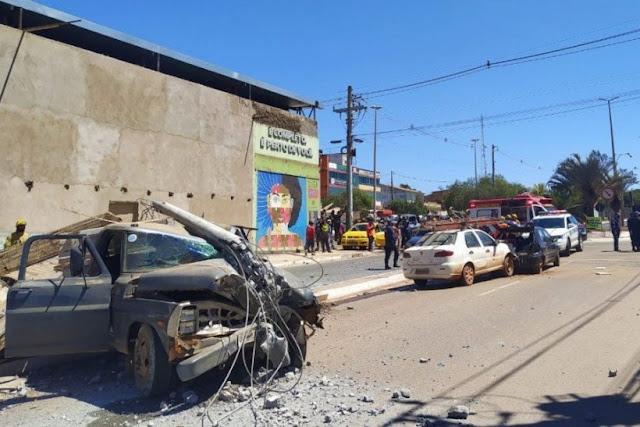 """Caminhão """"perde freio"""" e colide com cinco carros em São Sebastião"""