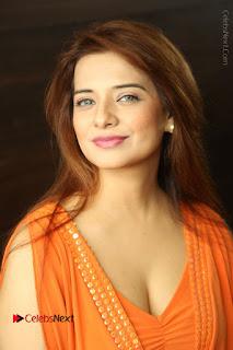 Actress Saloni Aswani Pos in Short Dress at Meelo Evaru Koteeswarudu Movie Interview  0021.JPG