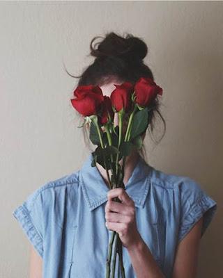 pose con rosas en la cara tumblr