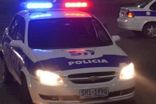 POLICÍA ALLANÓ UNA CASA POR ERROR: LOS DESPERTARON A PUNTA DE PISTOLA Y LOS SACARON DESNUDOS