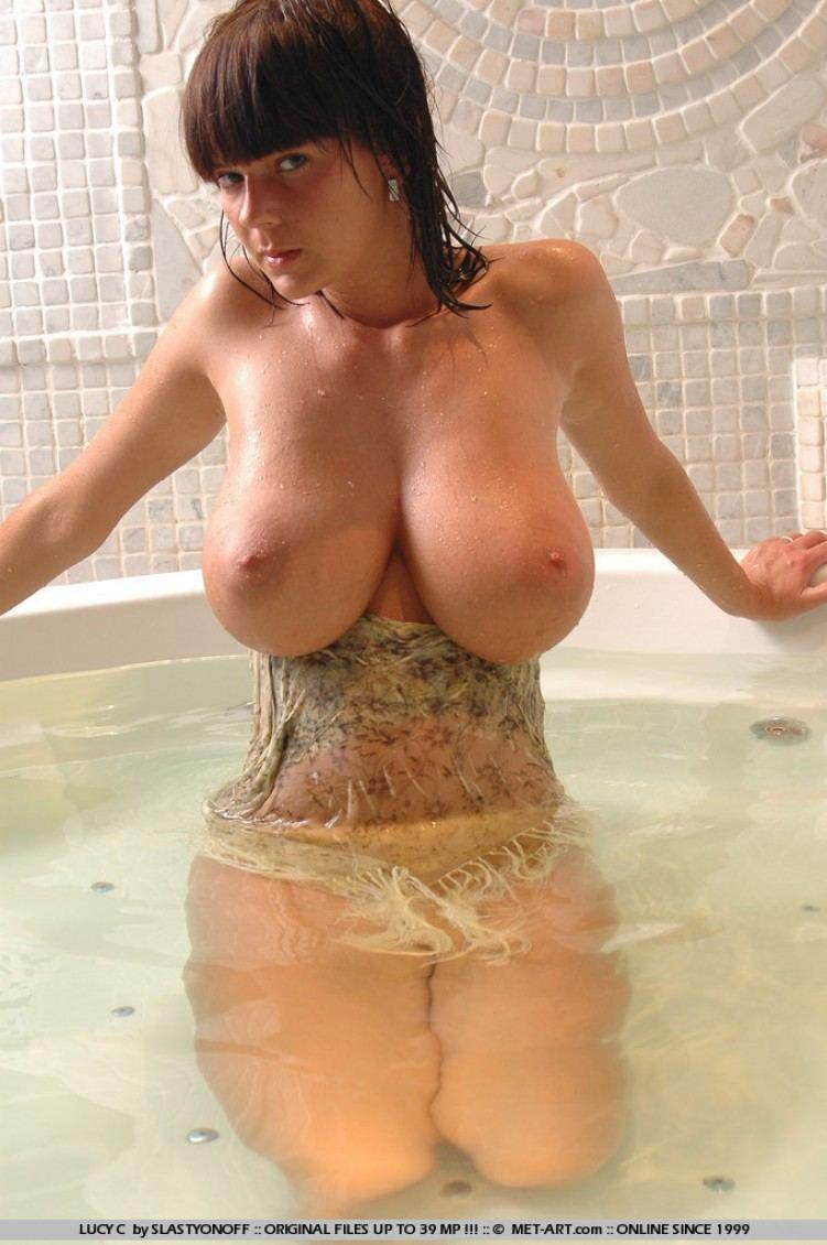 model cantik bule bertubuh seksi pamer toket gede dan tubuh telanjangnya sedang dibasahi air,cewek mandi,gambar bokep cewek mandi payudara montok pamer memek basah tanpa bulu,model pose seksi