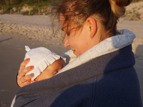 Śpiący maluszek w mamma studio nad morzem