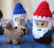 http://translate.google.es/translate?hl=es&sl=en&tl=es&u=http%3A%2F%2Flucyravenscar.blogspot.com.es%2F2010%2F02%2Fcork-and-crochet-gnomes.html
