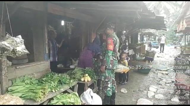 Jelang Ramadhan, Personel Jajaran Kodim 0208/Asahan Melaksanakan Pemantauan Harga Sembako di Pasar Tradisional