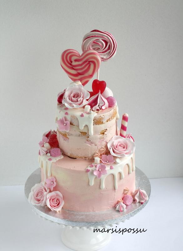 Tikkarein ja ruusun koristeltu kakku
