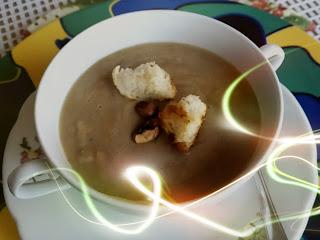 Maronensuppe mit geröstetem Brot und gerösteten Haselnüssen
