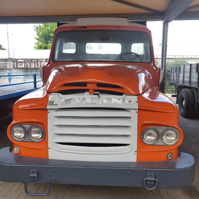 משאית כתומה במוזיאון התעבורה