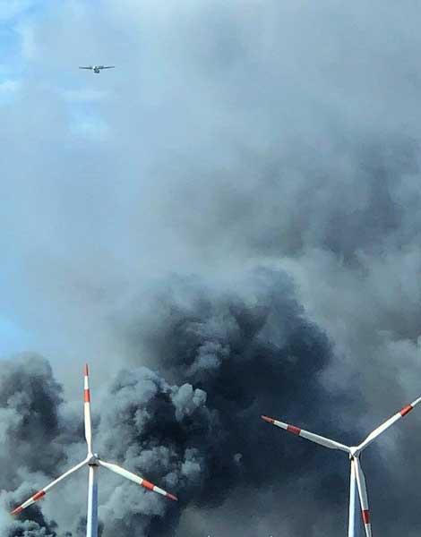 El peligro de aterrizar con el incendio en una nave de Agüimes