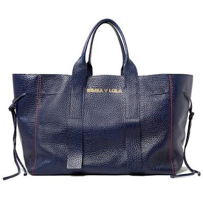 Bolso shopper azul marino XXL bimba y lola En este maxibolso podrás llevar todas las prendas de ropa que te vayan sobrando durante el día.