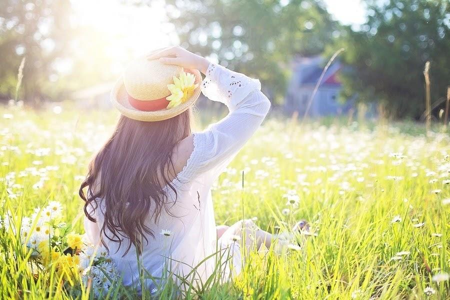 Mulher com chapéu e margaridas