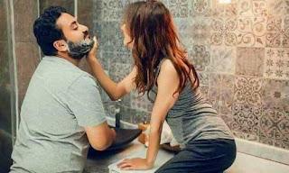 زوجة رومانسية تساعد زوجها في حلاقة وجهه