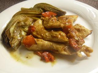 Receta de pollo con alcachofas y pimiento rojo.