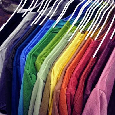 màu vải tại xưởng may áo lớp