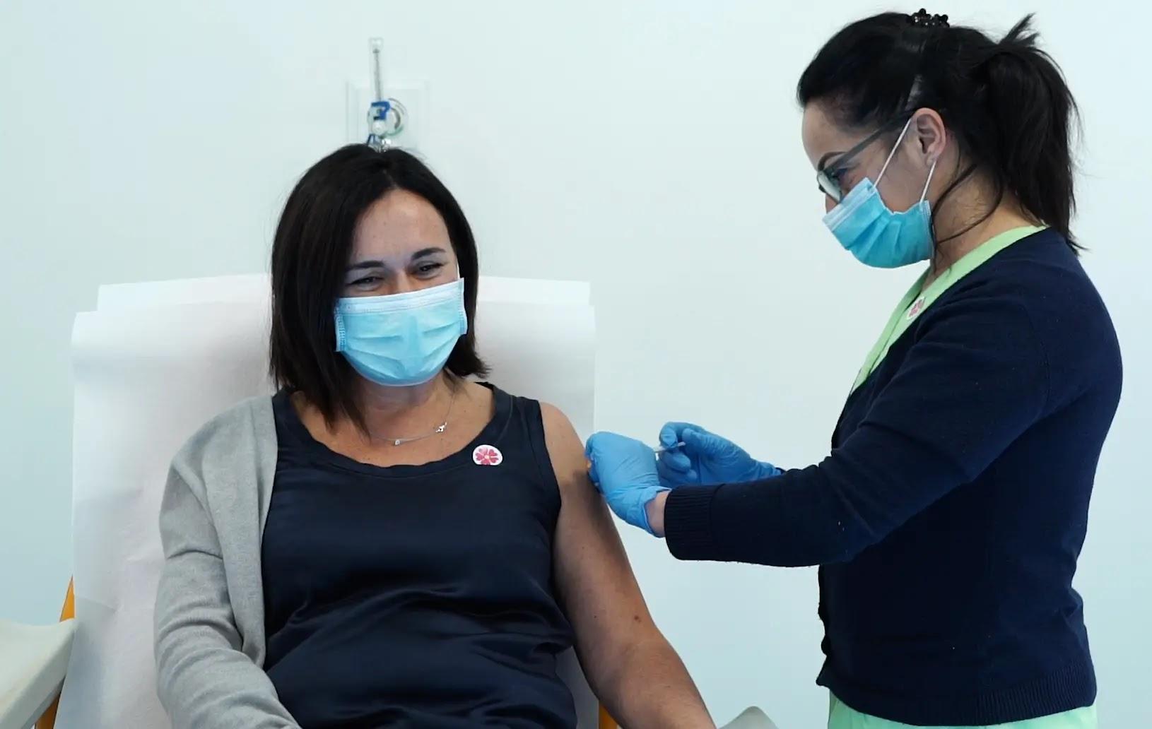 Vaccino Covid viene somministrato ad una donna