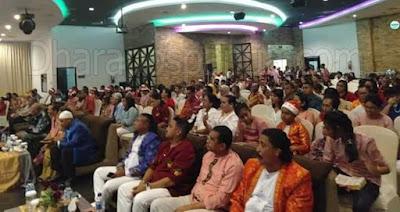 """Jayapura, Dharapospapua.com - Jaga hubungan dengan Kristus dan Bersahabat dengan yang lain, demikian Khotbah Natal yang disampaikan oleh Pendeta (Pdt) Reiner Mth dalam Ibadah perayaan Natal Ikatan Keluarga Besar Tamilou, Hutumuri, Siri-Sori (Mosilou) di Jayapura pada akhir pekan kemarin di Hotel Aston Jayapura.    Perayaan Natal Ikatan Keluarga Besar Musilou Jayapura yang mengusung tema """"Hiduplah Sebagai Sahabat Bagi Semua Orang"""" Dan Sub tema """"Melalui perayaan Natal kristus, katong generasi penerus Ikrar Hatumari bersama menyongsong masa depan yang cerah dengan karya di alam pembangunan demi kejayaan di tanah Papua""""."""