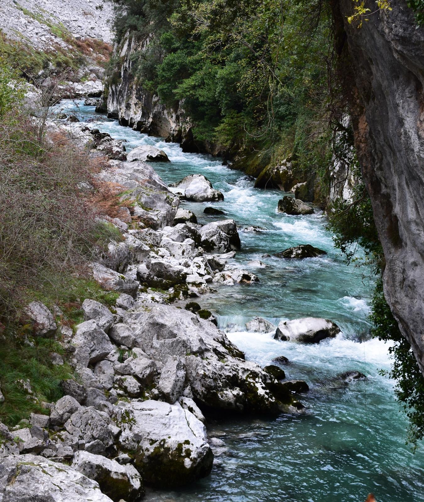 rio cares desde el puente de la jaya