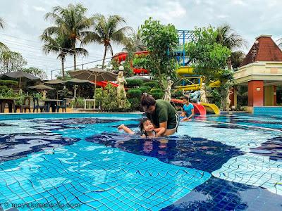Berenang bersama di Grand Wahid Hotel Salatiga