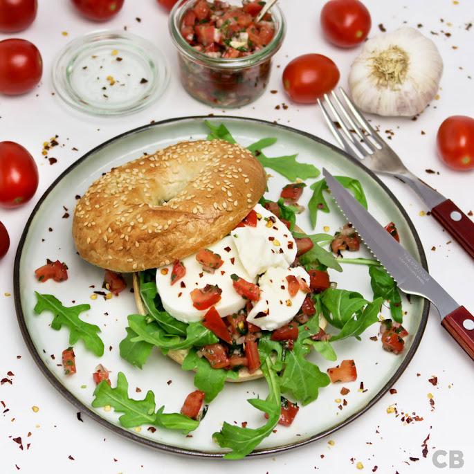 Recept: zo maak je zelf temperamentvolle caprese bagels: met zachte mozzarella en een vurige tomatensalsa