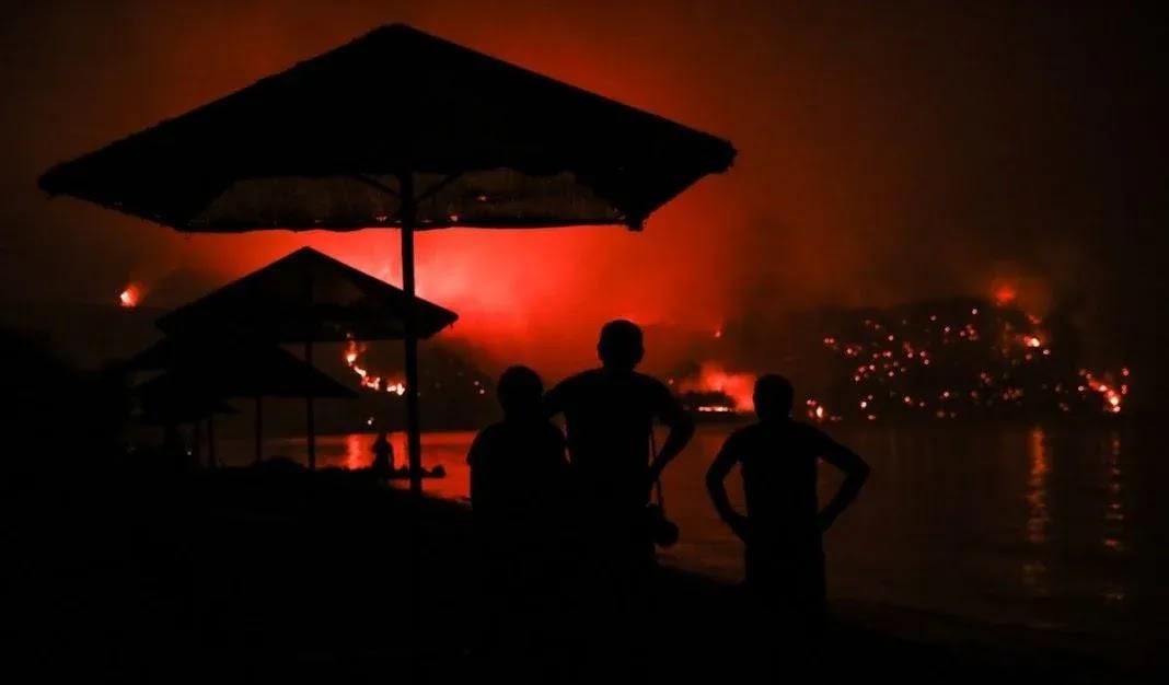 Ζητούσαν από τους κατοίκους που έφευγαν από Αιδηψό λόγω της φωτιάς να πληρώσουν εισιτήριο! (video)