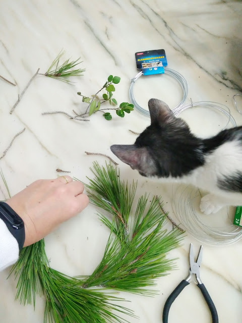 como hacer coronas de navidad con plantas naturales