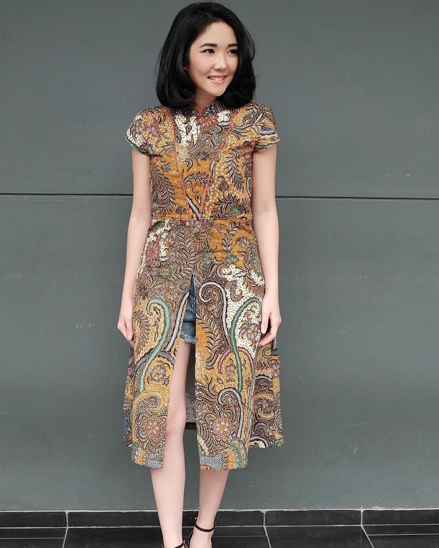 Paha Mulus dan seksi Gisella Anastasia pakai Baju Batik