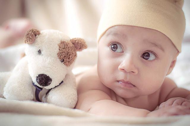 طفل جميل مندهش لخلفيات