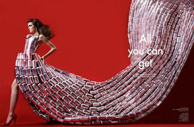vestido con cola larga hecho con latas de coca-cola recicladas.