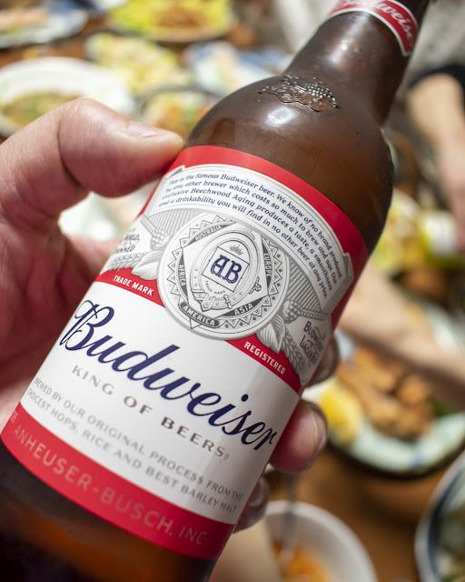 料理と赤いラベルのビール。バドワイザー