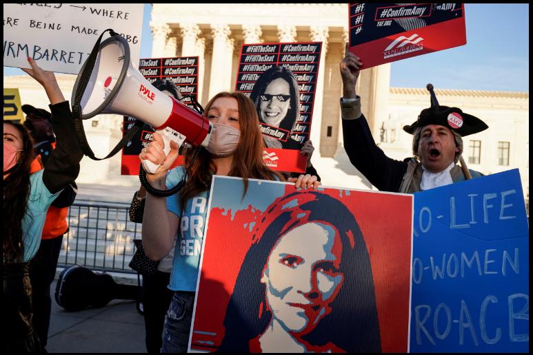 Ciudadanos se manifiestan frente a la Corte Suprema para exigir la confirmación de la jueza Amy Coney Barrett, cuyo nombramiento ha generado el rechazo de la oposición demócrata / VOA