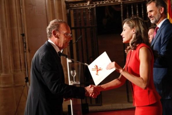 Her Majesty presenting an award to Juan Hidalgo Codorniú