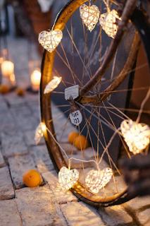 recycler une roue de vélo ancienne pour sa décoration de mariage  blog mariage www.unjourmonprinceviendra26.com