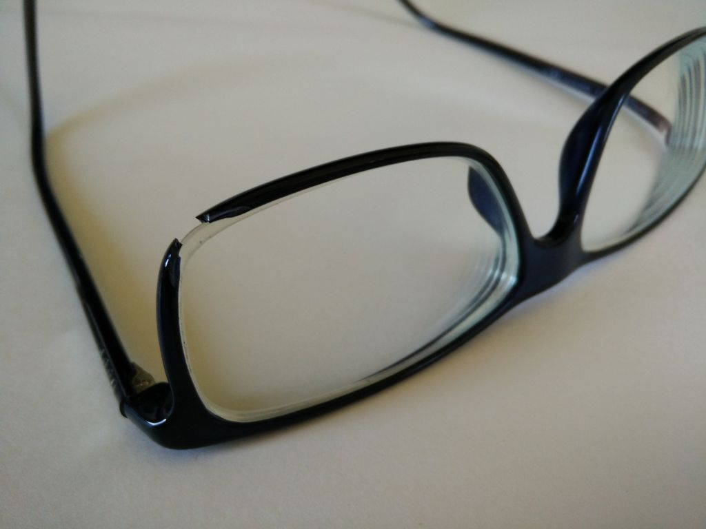 d87dd21264e eyeglasses with broken part missing from the frame