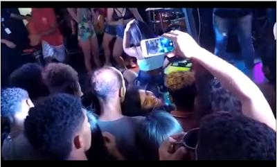 Vá se tratar! Homem chuta mulher no rosto enquanto ela dançava no palco durante show